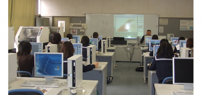 """Vamos a la Escuela secundaria superior (Koko) """"Programa de Visita en la Escuela secundaria superior para los niños extranjeros y sus padres"""" (高校へ行こう!)"""